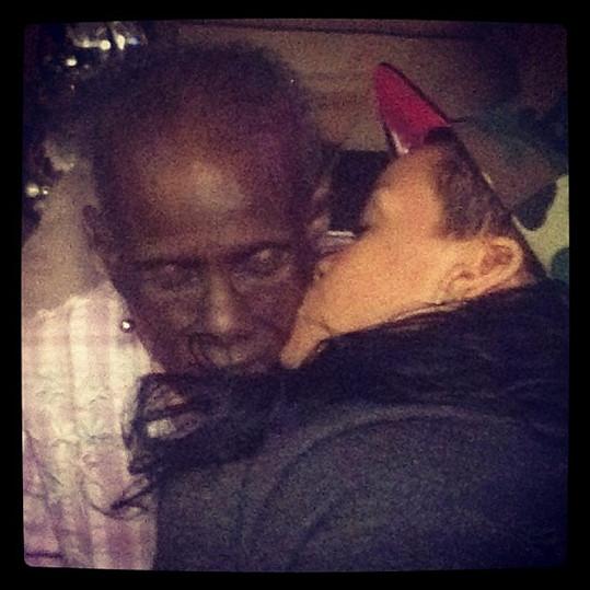 Láskyplný polibek: Rihanna s babičkou.