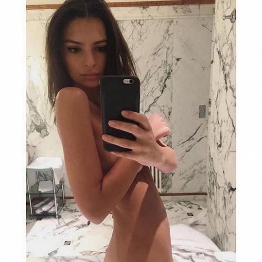 Emily Ratajkowski se svlékla před zrcadlem.