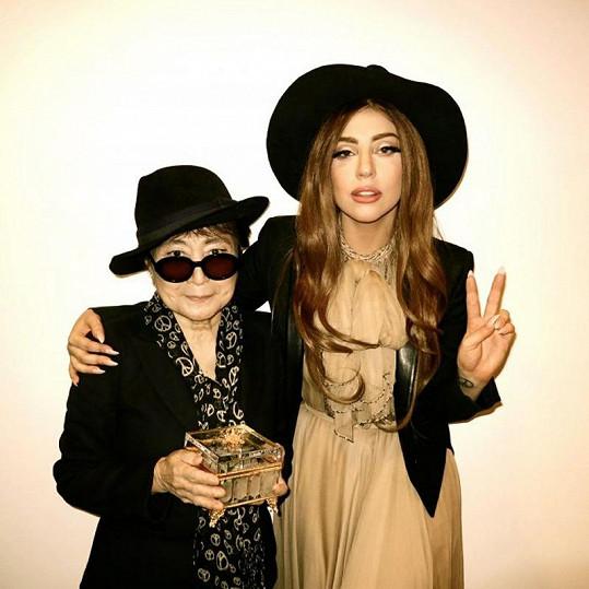 Dvě slavné ženy v objetí: Lady Gaga a Yoko Ono.
