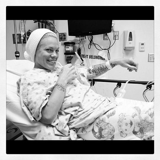 Pink se usmívá i na nemocničním lůžku.