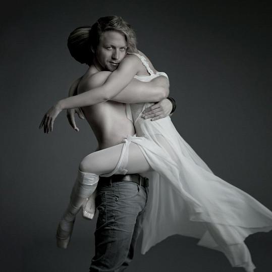 Tomáš Klus v objetí s baletkou ukázal své tělo.