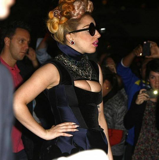 Lady Gaga ví, čím zaujmout pozornost.