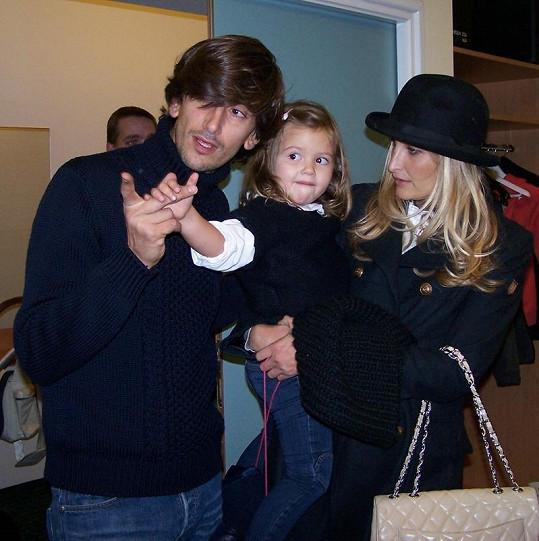 Tereza Maxová s partnerem Burakem Oymenem a dcerou Mínou.
