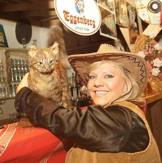 V klipu si zahrála i zpěvaččina vycpaná kočka, která se před lety zabila pádem z balkónu.