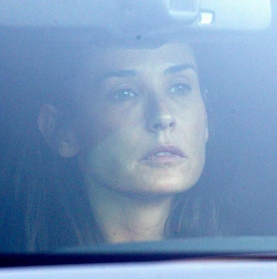 Kdo ví, co zdrchaná Demi řešila za volantem svého automobilu.