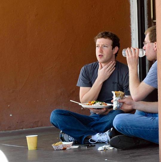 Sedmadvacetiletý spoluzakladatel Facebooku nijak nezpychl, klidně s přáteli poobědvá na zemi.