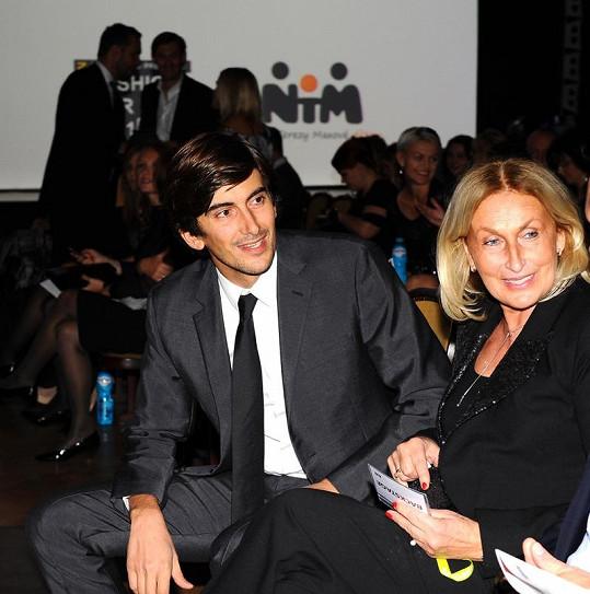 Partner Terezy Maxové Burak s její maminkou v hledišti.
