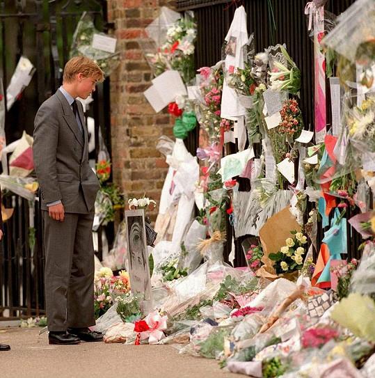 V Kensingtonském paláci zažil princ William i bolest. Na snímku se dívá na květiny, kterými lidé uctili jeho zemřelou matku.