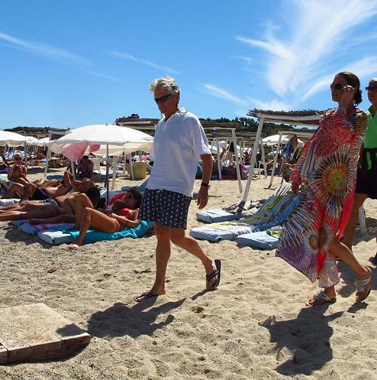 Douglas se Zetou-Jones procházeli mezi lidmi na pláži v Saint Tropez.