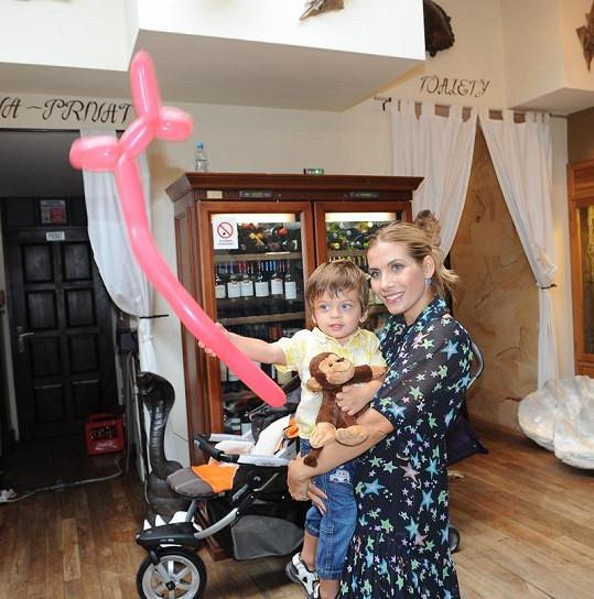 Eva Decastelo se synem Michálkem na narozeninové oslavě.