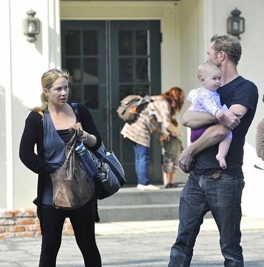 Christina Applegate se snoubencem Martynem LeNoble a jejich dcerou Sadie Grace.