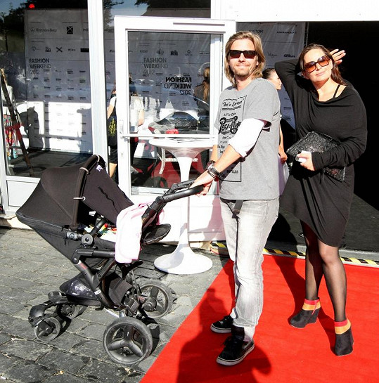 Jitka Čvančarová s manželem Petrem Čadkem schovávají dcerku před sluníčkem.