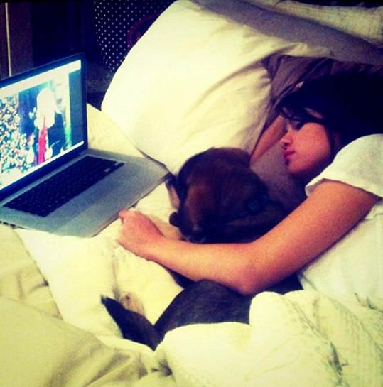 Nemocná Selena se svým novým přítelem v posteli.