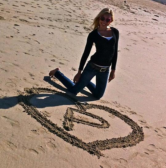 Na pláži prožívala romantiku.