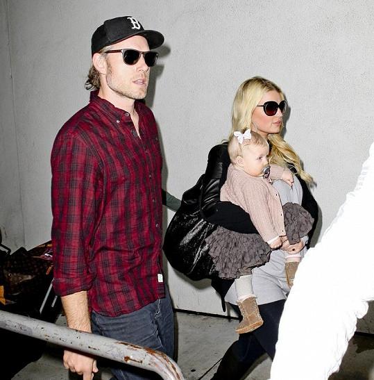 Zpěvačka se svým snoubencem Ericem Johnsonem.