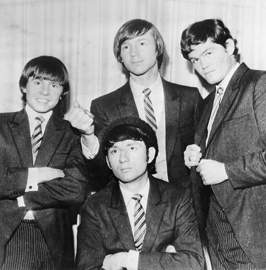 The Monkees v roce 1966. Davy Jones (zleva), Peter Tork, Mike Nesmith (sedící) a Mickey Dolenz