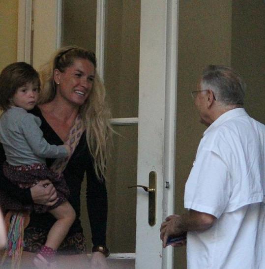 Jiří a Olga Menzelovi společně vychovávají malou Annu.