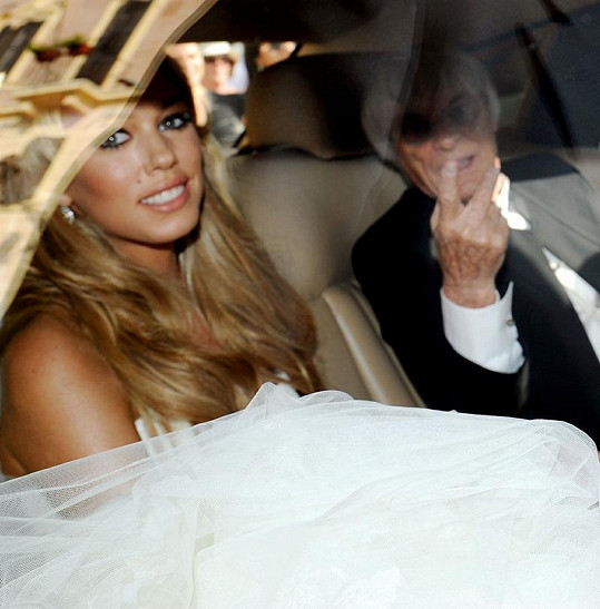Petra Ecclestone ve svůj svatební den s otcem Berniem Ecclestonem.