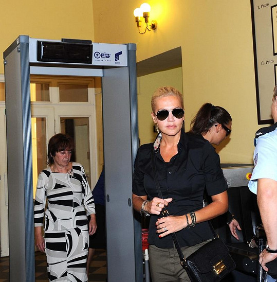 Dara Rolins a Olga Rotreklová přicházejí, aby vyslechly verdikt.
