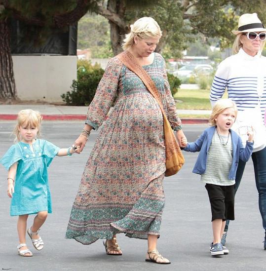 Těhotná Tori Spelling se staršími dětmi Liamem a Stellou.