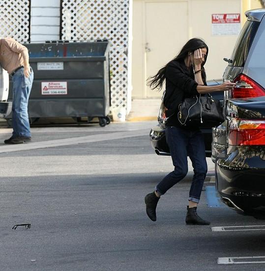 Demi Moore ztratila při úprku před paparazzi své dioptrické brýle.