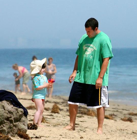 Adam Sandler s dcerou na pláži v Malibu.