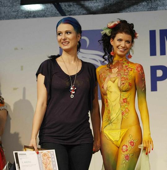 Vítězka Veronika Bokorová se svou modelkou.