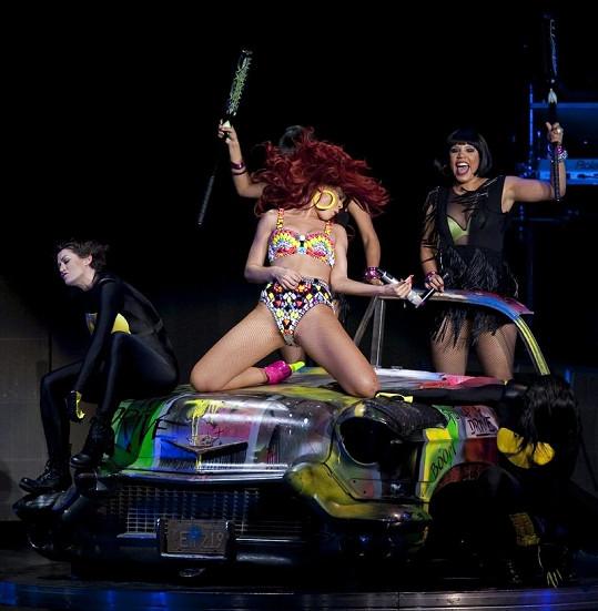 Rihanna dokáže svými pohyby na kapotě auta publikum pořádně rozpálit.