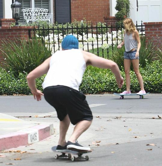 Miley se snaží naučit na skateboardu od svého snoubence.