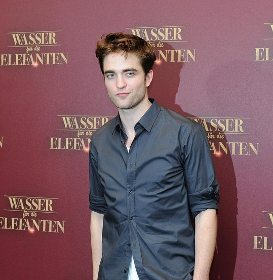Robert Pattinson své expřítelkyni nevěří.