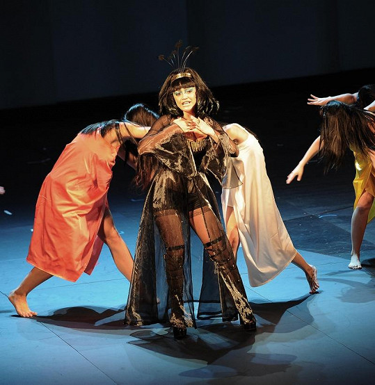 Lucie Bílá v muzikálu Aida v krátkých šortečkách.