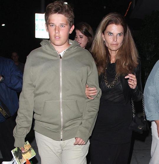 Maria Shriver se synem Christopherem odchází z rodinné večeře.