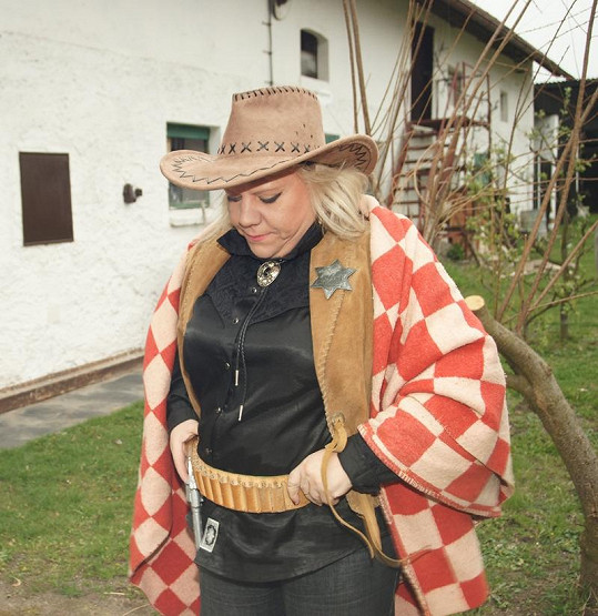 Marie v kostýmu šerifa.
