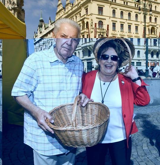 Když se fotila se Přemkem Podlahou,dala si na hlavu i košík.