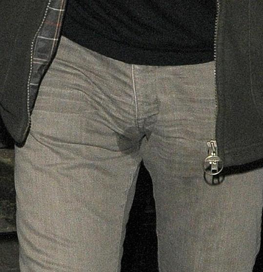 Liam si fleku na svých kalhotech zřejmě nevšiml.