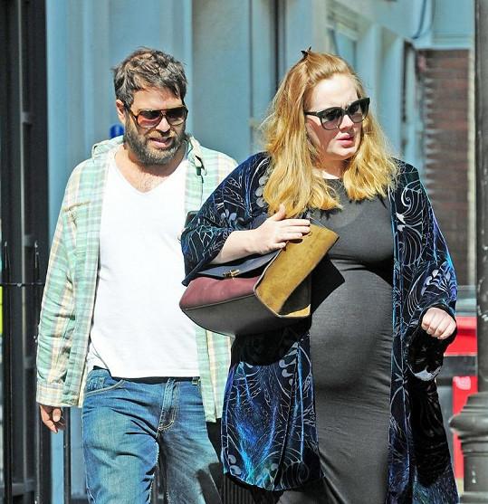 Adele se Simonem v ulicích Londýna.