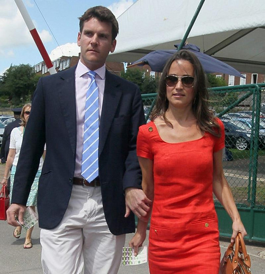 Později ve stejném outfitu Pippa doprovázela Alexe Loudona na Wimbledon.