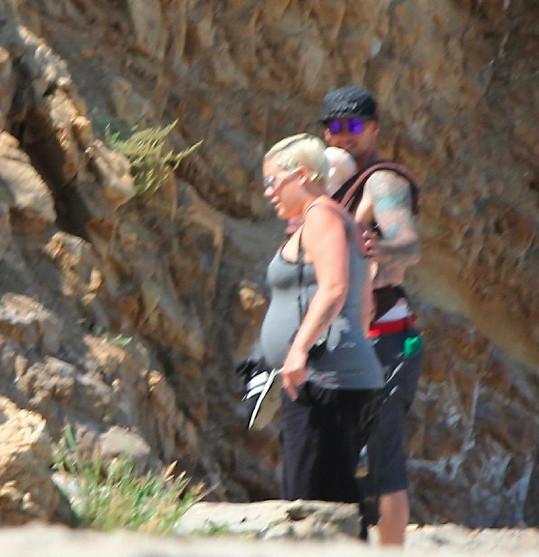 Carey Hart přidržuje svou ženu Pink a nosí dcerku na břiše.