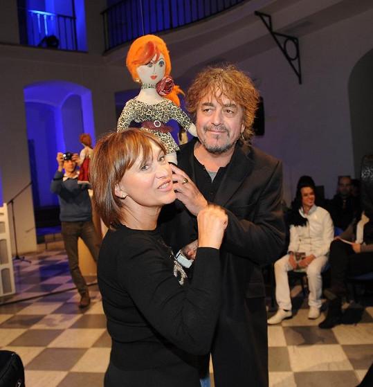 Petra Černocká s manželem a svojí panenkou.