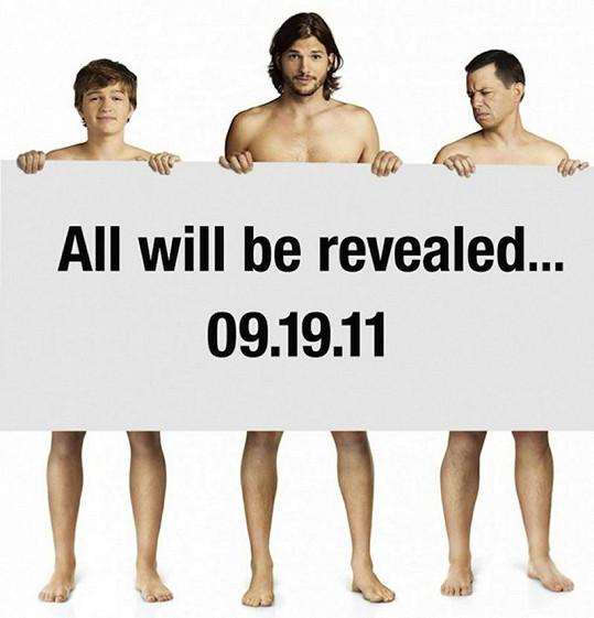 Ashton Kutcher s hereckými kolegy ze seriálu Dva a půl chlapa na nahém proto plakátu.