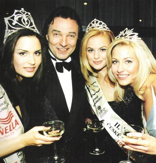 Terezie Dobrovolná, Kristina Fridvalská a Gabriela Justinová s Karlem Gottem.