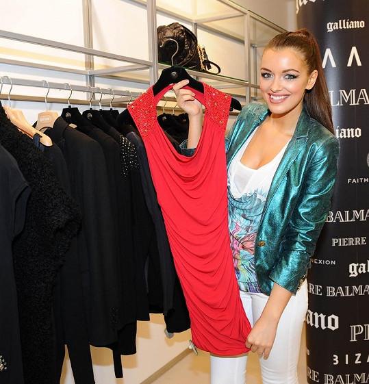 V Barceloně je deset stupňů nad nulou, tak si Jitka v kolekcích na jaro/léto 2012 vybírala nějaké lehké oblečení.