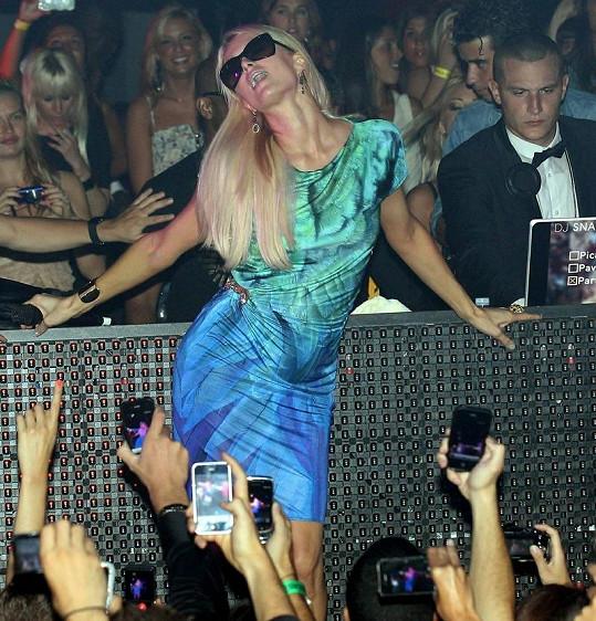 Paris Hilton se v klubu ve Francii ujala zpěvu.