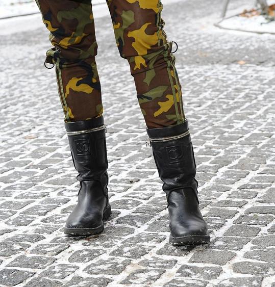 Simona Krainová předvedla i luxusní botky Chanel.