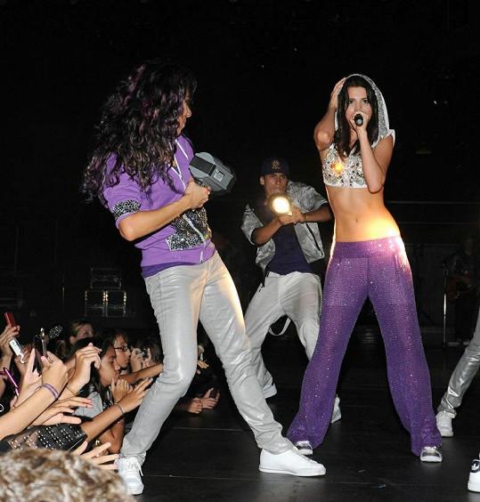Selena se svými tanečníky na pódiu.