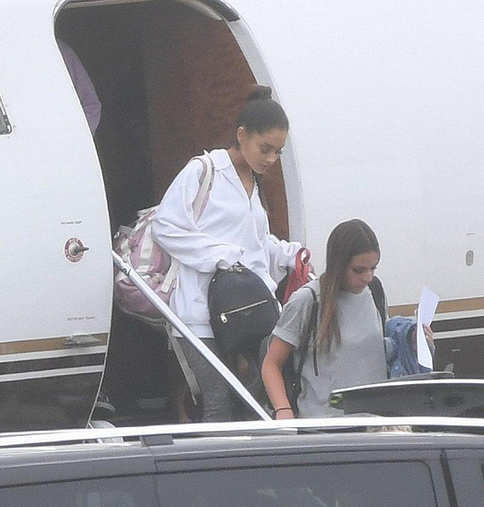 Do Velké Británie dorazila včera ráno soukromým letadlem a hned spěchala do nemocnice.