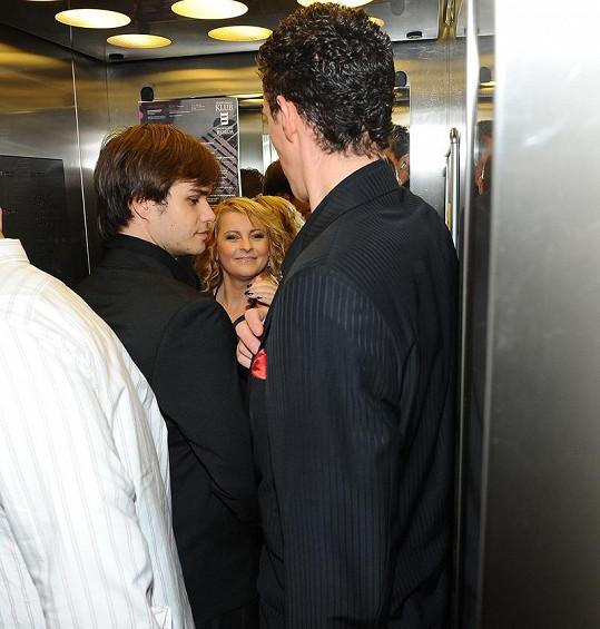 Ve výtahu bylo dost plno.