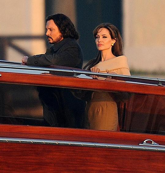 Angelina a Johnny během natáčení filmu Cizinec.