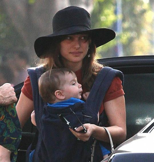 Nenalíčená Natalie Portman se synem Alephem.