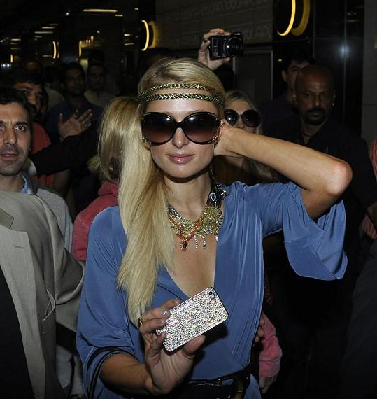 Paris Hilton na letišti v Bombaji.